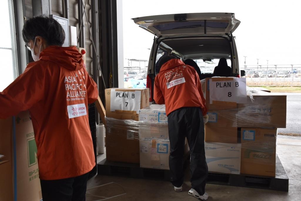 佐賀の倉庫から物資を輸送